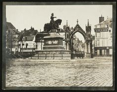 Orléans, place du Martroi et statue de Jeanne d'Arc ; préparatifs pour la fête du 8 mai et très certainement pour l'inauguration de la statue de Jeanne d'Arc (mai 1855). (Arch. dép. du Loiret, 7 Fi 199)