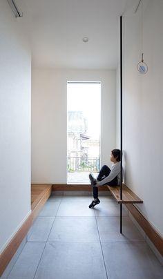 玄関はすっきり、そして広く。ベンチに手摺を設け使い勝手をプラスしました。東海4県NO.1ビルダー。東海エリアNO.1ビルダー。愛知・名古屋の注文住宅はクラシスホーム Japanese Interior Design, Japanese Home Decor, Japanese House, Home Interior Design, Interior Staircase, Interior Architecture, Life Space, House Entrance, Ideal Home
