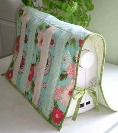 Quilted Sewing Machine Cover - could use any patchwork/applique design (even if used a lot, it collects dust) Sewing Hacks, Sewing Tutorials, Sewing Crafts, Sewing Patterns, Sewing Tips, Tatting Patterns, My Sewing Room, Sewing Rooms, Sewing Aprons