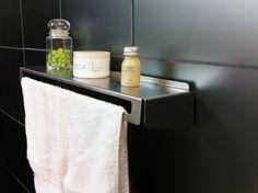 Estante de chapa para toalla de mano o repasador.   Zócalo pequeño para colocar artículos de baño o cocina.    Incluye:  -1 estante toallero  -tornillos y tarugos  -espacio posterior pasa cables  -instrucciones de instalación