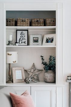 Country Decor charming tips and tricks Into Interesting styling to organize a super relazing modern country decor living room . Idea shared on this moment 20190312 , Ideas reference id 3526645259 Living Room Kitchen, Home Decor Kitchen, Home Living Room, Living Room Designs, Cottage Living Room Decor, Shelf Ideas For Living Room, Modern Cottage Decor, Kitchen Ideas, Alcove Shelving