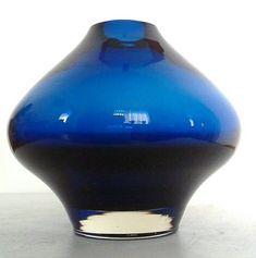 Rare Riihimaki Glass Vase by Aimo Okkolin, 1959 Glass Design, Design Art, Flower Vases, Flower Arrangements, Murano Glass Vase, Clay Vase, Lassi, Candy Bouquet, Unique Art