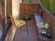 great idea - table seat whatever Outdoor Spaces, Outdoor Living, Outdoor Decor, Balcony Privacy Screen, Apartment Balcony Garden, Small House Exteriors, Wood Railing, Balcony Design, Decks And Porches