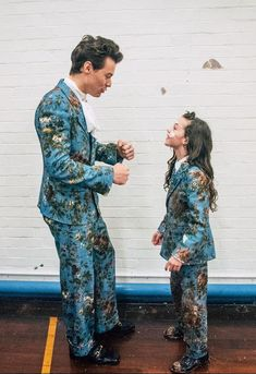 Harry and co-star Beau Gadsdon are wearing matching custom Gucci suits in his music video for Kiwi. Harry also wore this floral printed suit for his show at the Greek Theatre in Los Angeles earlier. Zayn Malik, Niall Horan, Harry Edward Styles, Liam Payne, Louis Tomlinson, Walpapers Iphone, Desenho Harry Styles, Style Selena Gomez, Beautiful Men
