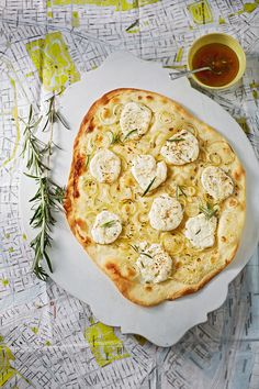 Flammkuchen mit Ziegenkäse, Rosmarin und Honig Spicy tarte flambée with goat cheese, rosemary and honey Spicy Recipes, Veggie Recipes, Vegetarian Recipes, Healthy Recipes, Jalapeno Recipes, Snacks Recipes, Pizza Recipes, Bread Recipes, Appetizer Dishes