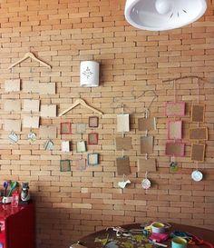 Aprenda a fazer um mural de fotos com cabides, para deixar a sua parede mais charmosa.