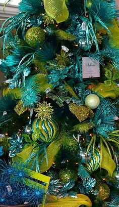 Electric green and blue as a Christmas tree decoration. decoration - Before After DIY Peacock Christmas Tree, Turquoise Christmas, Beautiful Christmas Trees, Colorful Christmas Tree, Coastal Christmas, Green Christmas, Christmas Colors, Winter Christmas, Christmas Themes