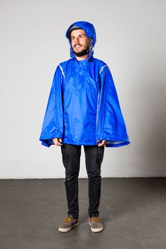 Capa de chuva unissex, ajustável nas mangas e no capuz, perfeita para cidades chuvosas. Seu tecido é fino e impermeável e, quando dobrada, cabe em todo tamanho de bolsa e/ou mochila.  Como itens de segurança, o capuz possui um visor transparente e o LED nas costas pode ser aceso à noite ou em ambientes escuros.  Características: - Tecido Leve - Impermeável - Visor no capuz - Ajustável ao corpo  Composição: 100% POLIAMIDA