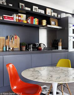 We love the way this contemporary kitchen is lifted with just a simple pop of colour. Kitchen Interior, Kitchen Design, Empty Candle Jars, Kitchen 2016, Deco Studio, Sweet Home, Style Deco, Stylish Home Decor, E Design