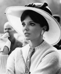 Joan Collins in La Congiuntura Old Hollywood Glamour, Golden Age Of Hollywood, Vintage Glamour, Vintage Hollywood, Classic Hollywood, Hollywood Divas, Vintage Hats, Vintage Beauty, Classic Actresses