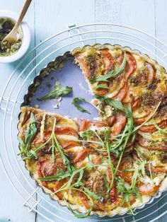 tomatentaart met rucola-pesto en mozzarella Snacks Für Party, Lunch Snacks, Vegetarian Recipes, Cooking Recipes, Healthy Recipes, Healthy Food, Good Food, Yummy Food, Happy Foods