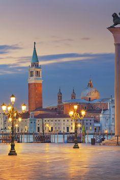 Ontdek monumentaal en romantisch Venetië! Deze stad is fantastisch, het heeft je zoveel te bieden! Het wereldberoemde Piazza San Marco moet je toch gewoon een keer gezien hebben? Bezoek een van de sfeervolle restaurantjes en geniet van de heerlijke Italiaanse gerechten. Bekijk de vele mooie monumenten ga lekker shoppen! Er is genoeg leuks te doen, dus pak je koffer en ga snel! https://ticketspy.nl/?p=125111