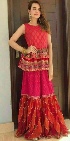 Haute spot for Indian Outfits. Pakistani Wedding Outfits, Pakistani Dresses, Indian Dresses, Indian Outfits, Eastern Dresses, Look Short, Mehndi Dress, Pakistan Fashion, Indian Designer Wear