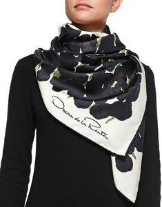 €236, Écharpe en soie imprimée noire Oscar de la Renta. De Neiman Marcus. Cliquez ici pour plus d'informations: https://lookastic.com/women/shop_items/150596/redirect