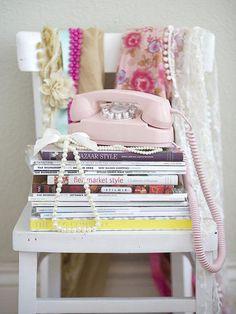 tô desejando uma cadeira pra servir de mesinha a tempos, mas não cabe mais no meu quarto :(