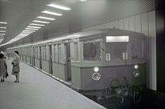 Berlin 1977 Ein S-Bahnzug im Bahnhof Friedrichstrasse im Nord-Sued Tunnel. Metro Subway, S Bahn, Public, Cabaret, Germany, Old Pictures, History, Deutsch