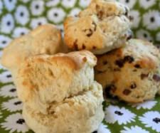 Never fail scones  Ingredients :  430g self-raising flour    2t baking powder     2T icing sugar  200g thickened cream    125g cold water