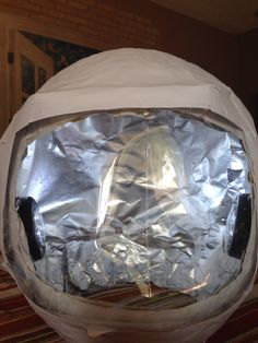 Astronaut helmet (balloon, newspaper, flour , water, liter soda bottle , white paper) by @meatica Space Themed Nursery, Nursery Themes, Astronaut Helmet, Prop Making, Homemade Toys, Outer Space, Diy For Kids, Fun Activities, Balloons