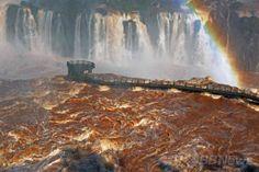 南米ブラジルのフォス・ド・イグアス(Foz do Iguacu)にある世界遺産「イグアスの滝(Iguazu Falls)」で、豪雨による増水の影響で破損した観光用の橋にかかる虹(2014年6月12日撮影)。(c)AFP/Norberto Duarte ▼13Jun2014AFP|濁流にかかる虹、ブラジル・イグアスの滝 http://www.afpbb.com/articles/-/3017614 #Iguazu_Falls #Rainbow #Arco_iris #Arc_en_ciel #Regenbogen #Pelangi #Regenboog #Tecza #Gokkusagi