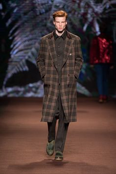 Etro Man Autumn Winter Fashion Show Discover more: Men Fashion Show, Mens Fashion Week, Man Fashion, Fall Plaid, Fall Winter, Autumn, Vogue, Catwalk, Calvin Klein