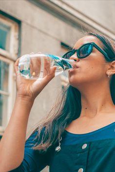 Se on kaunis, se on kevyt ja se on erittäin helposti personoitava lasinen juomapullo, jota tulet rakastamaan. Pullolla on elinikäinen takuu ja 5% koko tuotosta lahjoitetaan eteenpäin hyvää tekeville järjestöille.   Valmistamme ne tässä lähellä EU:n alueella ja toimitamme luoksesi nopeasti ilmastoystävällisellä kuljetuksella. Pullot tehdään kestävästä borosilikaattilasista, jota käytetään kestävyytensä ansiosta myös laboratorioissa eikä siitä irtoa makuja, kemikaalijäämiä tai mikromuoveja. Mirrored Sunglasses, Sunglasses Women, Drop Earrings, Jewelry, Fashion, Moda, Jewlery, Jewerly, Fashion Styles