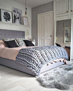 grand lit cocooning, tapis fourrure gris, coussins déco, quelle couleur pour une chambre, porte peinte blanche