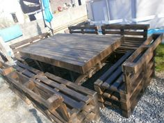 massive Massive outdoor garden set made with Pallets in pallet garden pallet furniture pallet outdoor project diy pallet ideas with Table Chair Bench. Love the table not so much the chairs. Pallet Crafts, Diy Pallet Projects, Pallet Ideas, Home Projects, 1001 Palettes, Palette Diy, Pallet Designs, Pallet Creations, Outdoor Dining Set
