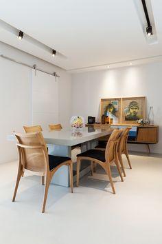O apê de um jovem fã de arte e design (Foto: Lufe Gomes / Divulgação) Dining Area Design, Interior Architecture, Interior Design, Dinner Room, Le Chef, Rooms Home Decor, Ceiling Design, Decoration, Dining Table