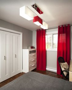 Des rideaux rouges pour une touche de « punch ». Décor réalisé par Les Peintures de Armond
