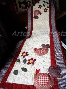 Trilho de mesa com cocós. by Artes da Zecota, via Flickr