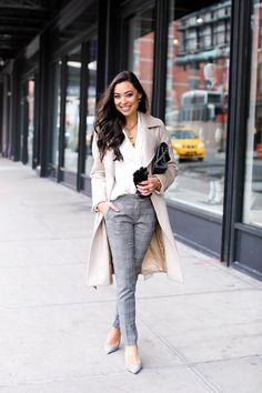 Look de trabalho com calça cinza em padronagem clássica, camisa branca e sobretudo nude: amei o look!