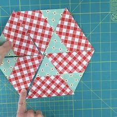 This is how I made my first pattern for sale Hexagonal dream. It's a hexagon sampler. More details in my blog. Link in profile. #hexagonaldream #quilt #hexagonaldreamquilt #sewing #crafts #patchwork #hexagonquilt #equilateraltriangles #quilting