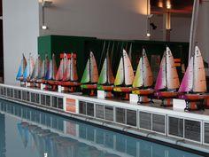 La flotte de Micro Magic aux couleurs de la Cité de la Voile Eric Tabarly. Rc Model, Sailboats, Yachts, Opera House, Fair Grounds, Building, Fun, Veil, Colors