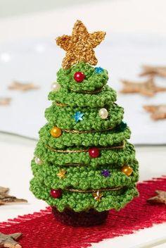 Süßer mini Weihnachtsbaum - Häkelanleitung via Makerist.de