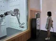 写真10 ロボットがアームを伸ばし荷物を受け取る
