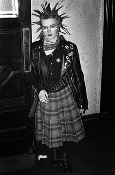 punk influences bled into the early especially in america. during this time you have bands like the clash and the ramones Subcultura Punk, Mode Punk, 80s Fashion, Fashion History, Trendy Fashion, Lolita Fashion, Fashion Dresses, Fashion Boots, Punk Rock Fashion