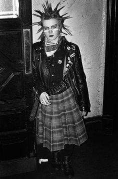 Punk, 1981. Subvirtiendo algunos simbolos nacionales. Fotografia: Derek Ridgers