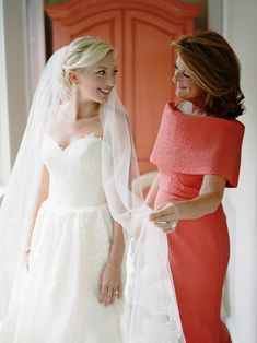55 festliche Kleider zur Hochzeit für Brautmütter und wichtige Tipps korallenrot jugendhaft und modern