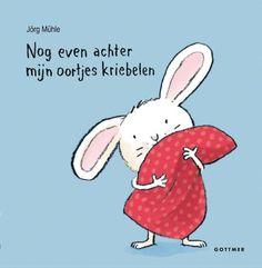 In 'Nog even achter mijn oortjes kriebelen' wordt het slaapritueel een interactief spel. Peuters kunnen zelf het konijntje naar bed brengen: ze mogen in de handen klappen, het kussen opschudden, nog even achter de oortjes kriebelen en natuurlijk een nachtzoen geven. En op de allerlaatste pagina mogen ze het licht uitdoen. Welterusten, Klein Konijn!