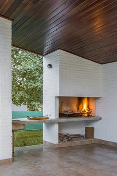 Having a barbecue at home can be wonderful. If you are thinking of building a grill area we give you some ideas Outdoor Fireplace, Kitchen Fireplace, Built In Braai, Outdoor Kitchen Design, Outdoor Decor, Outdoor Kitchen, Exterior Decor, House, Grill Area