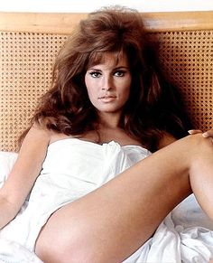 Marilyn Monroe glorified the voluptuous figure, but Raquel Welch made brunettes hot [apparently it made a difference in the A model . Rachel Welch, Divas, Classic Beauty, Most Beautiful Women, Gorgeous Latina, Beautiful People, Beautiful Actresses, The Ordinary, American Actress