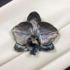 27 отметок «Нравится», 2 комментариев — Ирина Баласанова (@balasanova_irina) в Instagram: «Орхидея Фаленопсис брошь-подвес. Живая орхидея, гальваническая медь и серебро, патина.…»