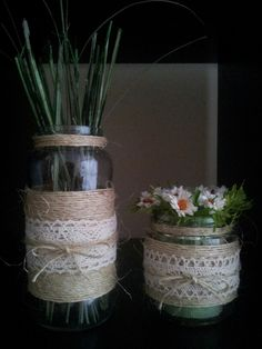 Tarros de cristal con cuerdas de soga fina y encaje.