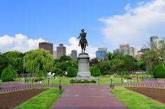 קיימברידג' לא שייכת לבוסטון, אך מאוד מאוד קרובה אליה. קיימברידג' היא עיר האוניברסיטאות, עיר שבה שוכנת האוניברסיטה המפורסמת הרווארד. האווירה בקמפוס של האוניברסיטה היא צעירה, תוססת וסטודנטיאלית, ובטיול בין השבילים יש קסם מיוחד. בשנת הלימודים מתקיימים סיורים מודרכים בחינם באוניברסיטה.