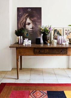 Kaneltræbordet ved indgangen med Rudolph Cares produkter og friske blomster.