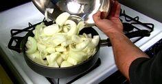 Он бросил 1,5 кг лука в сковородку. А потом я чуть не подавилась слюной!
