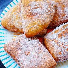 Hawaiian malasadas from the famed Leonard's Bakery in Hawaii – these fantastic Portuguese style donuts will make you want to visit the islands! Fill them… Donut Recipes, Dessert Recipes, Cooking Recipes, Gourmet Desserts, Bakery Recipes, Plated Desserts, Beignets, Portuguese Recipes, Malasadas Recipe Portuguese