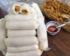 Lemper Ajam (rijstrolletjes met kip) (A rice and coconut milk tamale steamed in a plastic sleeve) Tapas, Feel Good Food, Love Food, Indian Food Recipes, Asian Recipes, Asian Snacks, Snack Recipes, Cooking Recipes, Cooking Tips