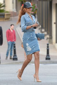 or Hmm…: Rihanna's Beverly Hills Shopping Trip Current Elliott Chambray Shirt, Acne Fine Trash Distressed Denim Skirt, Céline Nude Pumps, and Juliette Jake Crocodile Wraparound Clutch Rihanna Mode, Rihanna Style, Rihanna Fenty, Skirt Outfits, Casual Outfits, Cute Outfits, Mode Monochrome, Looks Rihanna, Denim Fashion
