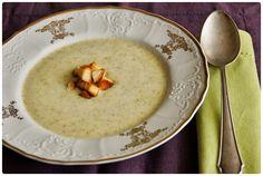 Brokolicový krém - potřebuje doplnit výraznější chutí, takže ho podáváme se sýrovými krutony nebo pestem a podobně. A používáme (pro jednoduchost) jen vývar a ne vodu z vaření brokolice.